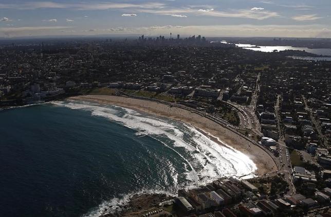 2月16日、オーストラリア準備銀行(RBA、中央銀行)のルーシー・エリス総裁補は、国内の住宅ローンの大半は返済能力のある富裕層による借り入れだ、との認識を示した。写真は観光名所としても知られるシドニーのボンダイ・ビーチ周辺。2013年8月撮影(2017年 ロイター/Daniel Munoz)