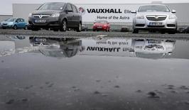 """Le ministre des Entreprises britannique Greg Clark a dit jeudi avoir été réassuré par General Motors sur le fait que le constructeur automobile américain n'entendait pas """"rationaliser"""" ses activités Vauxhall en Grande-Bretagne, à l'issue d'une réunion pour discuter du projet de rapprochement entre Opel/Vauxhall et PSA Peugeot Citroën. /Photo d'archives/REUTERS/Phil Noble"""