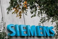 Siemens scinde sa division Mechanical Drives, pesant quelque deux milliards de dollars de chiffre d'affaires, estimant qu'une société autonome sera mieux à même de servir sa clientèle de petites entreprises. /Photo prise le 7 octobre 2016/REUTERS/Michaela Rehle