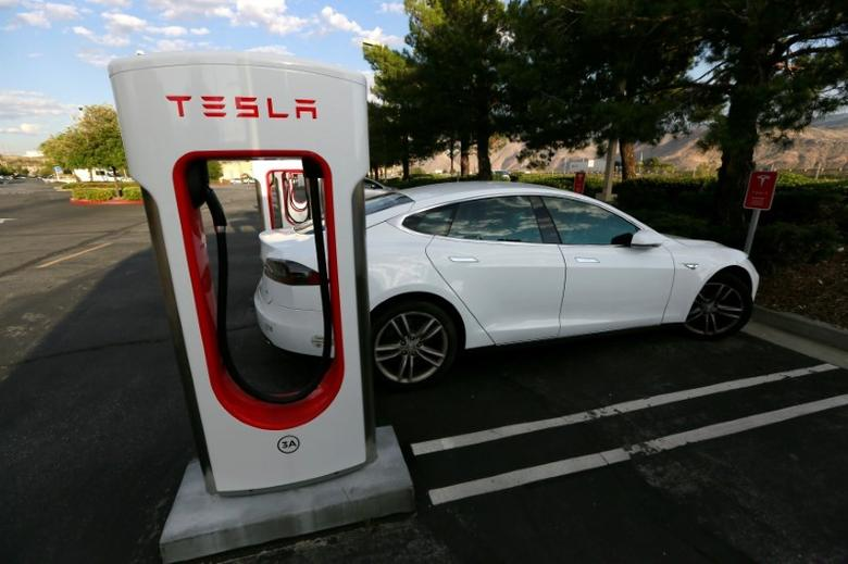 A Tesla Model S charges at a Tesla Supercharger station in Cabazon, California, U.S. May 18, 2016.   REUTERS/Sam Mircovich