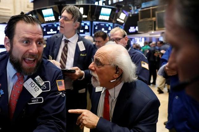 2月16日、米国株式市場は、高安まちまち。写真はNY証券取引所のトレーダー(2017年 ロイター/Brendan McDermid)