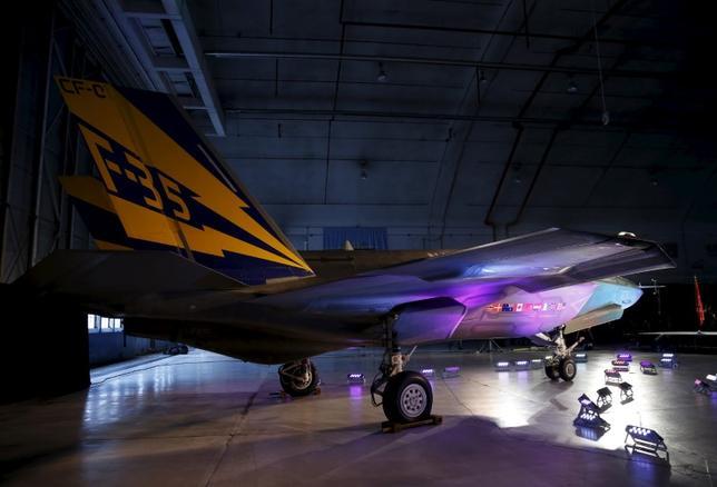 2月16日、米国防総省の高官は、ロッキード・マーチンのF35戦闘機の購入費が現在より16%下がって1機8000万ドル程度になる可能性を示唆した。写真はF35ライトニングII。メリーランド州で2015年10月撮影(2017年 ロイター/Gary Cameron)