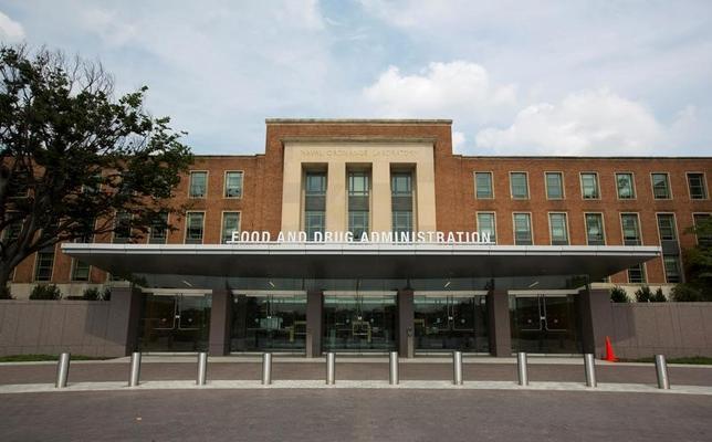 2月15日、規制緩和を唱えるトランプ米大統領は、米食品医薬品局(FDA)による医薬品の承認手続きについても大幅に簡素化する方針を示しているが、医薬品業界は慎重な対応を求める声が強い。写真はFDA本部。メリーランド州で2012年8月撮影(2017年 ロイター/Jason Reed)