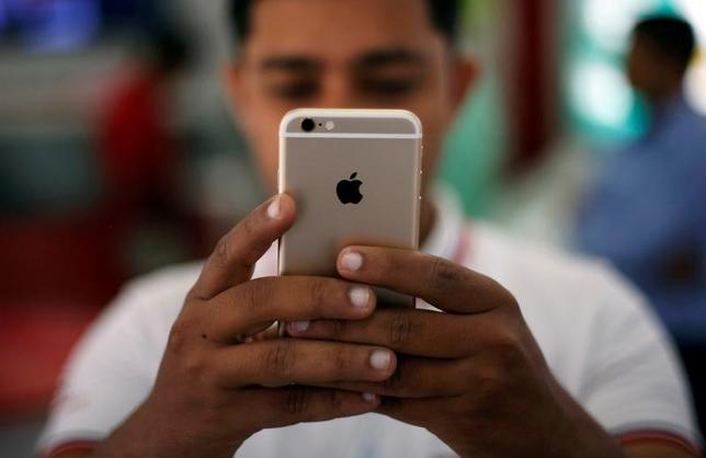 2月17日、米アップルは数カ月以内に、小型で低価格のiPhone(アイフォーン)SEの組み立てをインド南部ベンガルールの契約工場で開始する見通しだ。ニューデリーで2016年7月撮影(2017年 ロイター/Adnan Abidi)