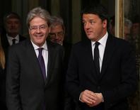 Il premier Paolo Gentiloni (a sinistra) con l'ex premier Matteo Renzi. REUTERS/Alessandro Bianchi