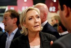 Marine Le Pen, dont la popularité n'a pas été atteinte jusqu'à présent par l'affaire de ses attachés parlementaires au Parlement européen, récuse tout parallèle avec son adversaire de droite François Fillon, visé par des soupçons d'emplois fictifs.  /Photo prise le 1er février 2017/REUTERS/Benoît Tessier