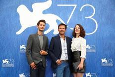 بطلا فيلم (فرانتز) ويتوسطهم مخرج الفيلم فرانسوا أوزون في مهرجان البندقيةالسينمائي في البندقية بإيطاليا في الثالث من سبتمبر أيلول 2016. تصوير: اليساندرو بيانكي - رويترز