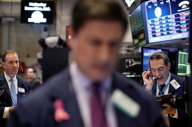 2月17日、20日から始まる週の米国株式市場では、上げ相場に一段の上昇余地があるかを占う試金石として、小売り大手ウォルマート・ストアーズなど消費関連企業の決算が注目を集めそうだ。NYSEで撮影(2017年 ロイター/Brendan McDermid)