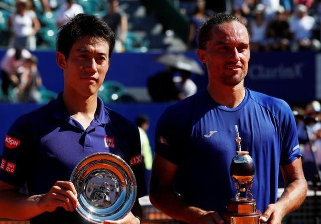 2月19日、男子テニスのアルゼンチン・オープンは、ブエノスアイレスでシングルス決勝を行い、第1シードの錦織圭(左)はアレクサンドル・ドルゴポロフ(右)に6─7、4─6のストレート負けを喫し、ATPツアー通算12回目の優勝を逃した(2017年 ロイター/Martin Acosta)
