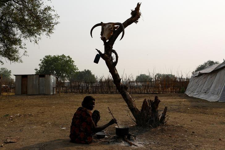 A woman cooks a meal in the town of Pibor, Boma state, east of South Sudan, February 2, 2017.  REUTERS/Siegfried Modola