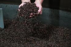 Um trabalhador verifica grãos de café na fábrica de Segafredo Zanetti, em Sotteville-les-Rouen, França  01/02/2017    REUTERS/Philippe Wojazer
