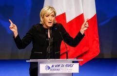 Líder de la extrema derecha francesa, Marine Le Pen. 05/02/2017.El euro subía el lunes por señales de avances en la campaña de Marine Le Pen por la presidencia de Francia, y se apreciaba contra el dólar y el yen, aunque en una sesión de volumen reducido por un feriado en Estados Unidos.         REUTERS/Robert Pratta