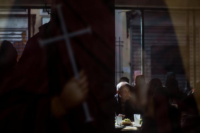 アテネの教会が運営する給食施設で食べる人々。15日撮影(2017年 ロイター/Alkis Konstantinidis)
