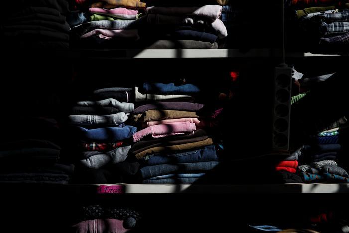困窮した世帯に配るための子どもの衣類が積まれている。17日、アテネで撮影(2017年 ロイター/Alkis Konstantinidis)