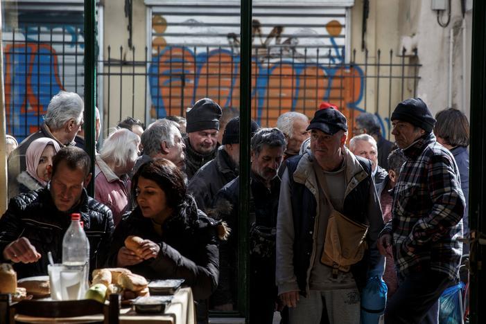 アテネの給食施設で順番を待つ人々の長い列。15日撮影(2017年 ロイター/Alkis Konstantinidis)