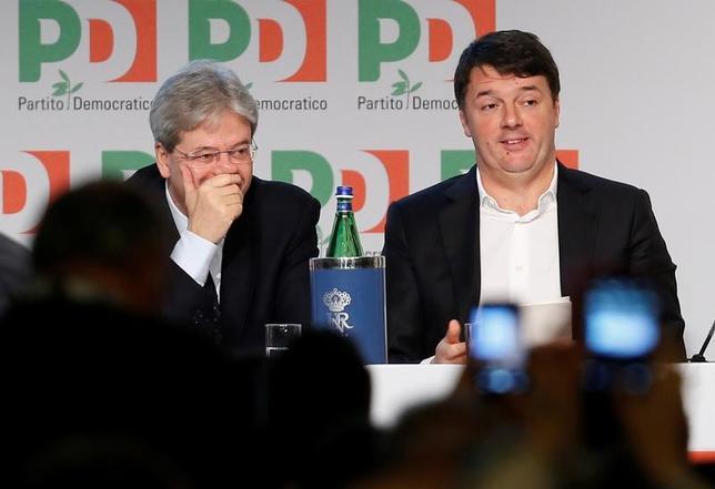 2月20日、イタリア左派の退潮が、欧州の次の悩みの種になりそうだ。写真右は、与党・民主党の書記長(党首)を辞任したレンツィ前首相。ローマで19日撮影(2017年 ロイター/Remo Casilli)