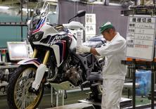 Une chaîne de montage à l'usine Honda Kumamoto, au Japon. Le secteur manufacturier japonais a connu en février sa plus forte croissance en près de trois ans, montre une enquête préliminaire publiée mardi, signe d'une amélioration de la demande intérieure et extérieure. /Photo d'archives/REUTERS/Naomi Tajitsu