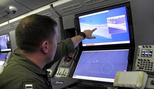 2月21日、中国が南シナ海の南沙(スプラトリー)諸島に造った人工島で、長距離地対空ミサイルの配備が可能とみられる20以上の建造物の建設をほぼ完了していることが、米政府関係者2人の話で明らかになった。写真は2015年5月米海軍が提供したビデオから。P-8Aポセイドン偵察機のコンピューターが、南沙(スプラトリー)諸島の埋め立て地に中国が建設していると言われる関連映像を映し出している(2017年 ロイター)