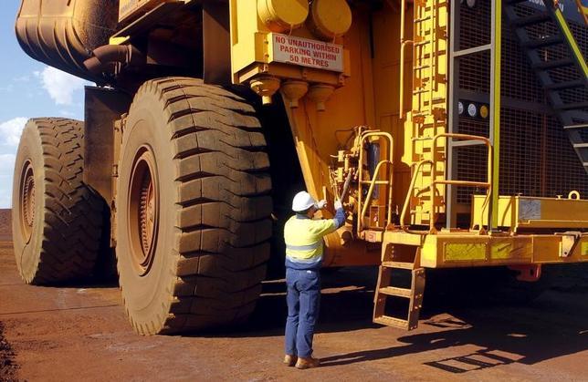 2月22日、豪連邦統計局がに発表した2016年第4・四半期の賃金価格指数(時間当たりボーナスは除く)は、過去最低の伸び率となった前期とほぼ変わらず、依然として弱さが続く内容だった。写真は西オーストラリア州でトラックを点検する労働者。2015年11月撮影(2017年 ロイター/Jim Regan)
