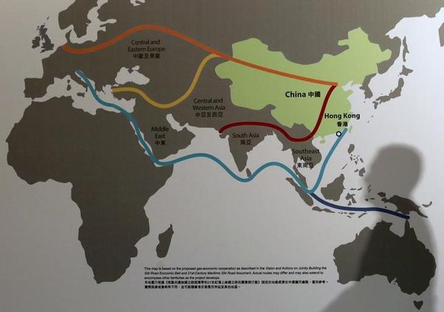 2月22日、中国・新華社によると、ブルネイの政府系投資会社ダルサラーム・アセッツと中国企業の広西北部湾港の合弁会社が21日、ブルネイ最大の港湾コンテナターミナルの運営を開始した。中国政府が掲げるシルクロード経済圏構想「一帯一路」に合わせた動き。写真は「一帯一路」を示す地図。香港で昨年1月撮影(2017年 ロイター/Bobby Yip)