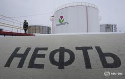 Рабочий на заводе Башнефти у села Шушнур 28 января 2015 года. Цены нанефть выросли в ходе утренних торгов в среду благодаря оптимизму ОПЕК относительно эффективности сделки о сокращении добычи. REUTERS/Sergei Karpukhin