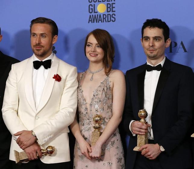 2月21日、今年の米アカデミー賞には、情熱と心の奥底に抱く個人の構想から製作され、懐疑論や資金不足、世間一般の通念を克服した作品が詰まっている。専門家らは、成功の鍵になるのは作品への情熱と公開するタイミングと指摘する。写真は先月8日撮影、「ラ・ラ・ランド」の監督(右)と出演者(2017年 ロイター/Mario Anzuoni)