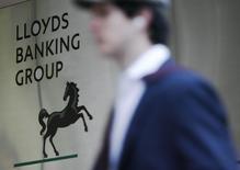 Lloyds Banking Group a publié mercredi son bénéfice annuel le plus élevé en dix ans, la banque qui a fait l'objet d'un sauvetage par l'Etat étant désormais proche d'un redressement complet. /Photo d'archives/REUTERS/Luke MacGregor