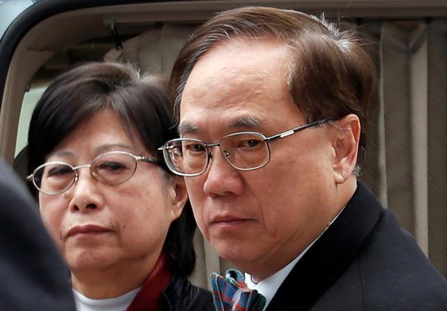 2月22日、香港の高等法院(高裁)は在任中に不適切な行為があったとして、香港政府のトップだった曽蔭権(ドナルド・ツァン、写真右)前行政長官に禁錮1年8カ月の判決を言い渡した。20日撮影(2017年 ロイター/Bobby Yip)