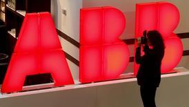 ABB a annoncé mercredi qu'il devrait probablement inscrire une charge de 100 millions de dollars avant impôts dans ses résultats 2016 à la suite de la découverte de malversations et de détournements de fonds dans sa filiale sud-coréenne. /Photo d'archives/REUTERS/Arnd Wiegmann