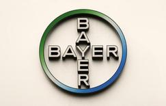 Логотип Bayer HealthCare Pharmaceuticals. Берлин, 28 апреля 2011 года. Немецкий производитель лекарств Bayer в среду опубликовал сдержанный годовой прогноз для сельскохозяйственного подразделения, поскольку готовится в этом году завершить поглощение Monsanto стоимостью $66 миллиардов. REUTERS/Fabrizio Bensch