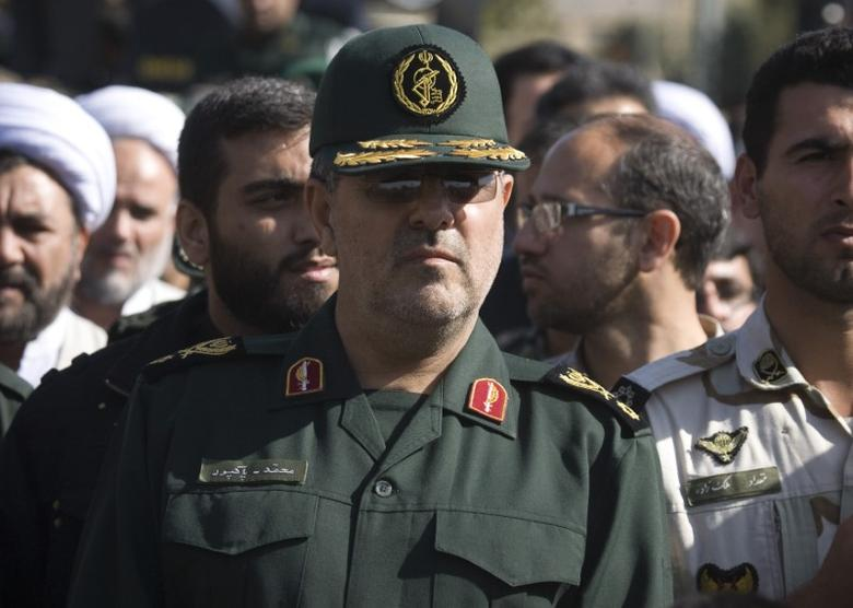 Head of Iran's Revolutionary guards ground forces Mohammad Pakpour (C) attends a funeral ceremony in Tehran October 20, 2009. REUTERS/Morteza Nikoubazl