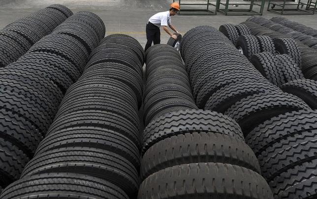 2月22日、米国際貿易委員会(ITC)は、バス・トラック用の中国製タイヤのダンピング(不当廉売)調査で、米国内産業への損害はなかったと認定、反ダンピング関税と相殺関税の適用見送りを決めた。写真は2010年12月、中国・安徽省合肥市のタイヤ製造工場で撮影(2017年 ロイター)