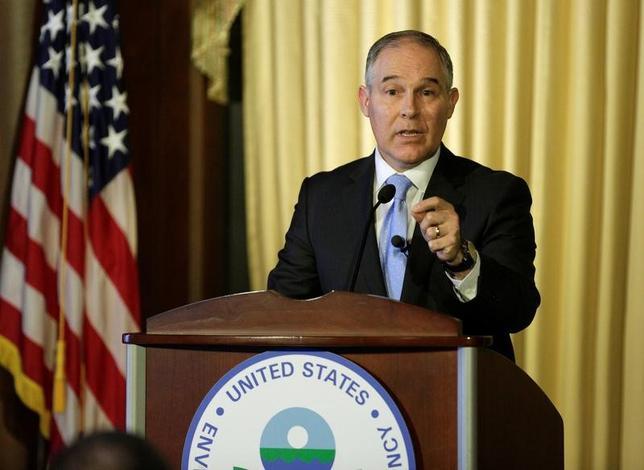 2月22日、米メディア監視団体「メディアと民主主義センター」は、プルイット環境保護局(EPA)長官がオクラホマ州司法長官在任時の電子メールから、同氏とエネルギー企業とのなれ合いの関係が明らかになったとの見解を示した。写真はワシントンで21日、EPA職員に向け話をする同長官(2017年 ロイター/Joshua Roberts)