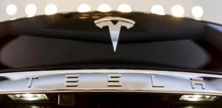 Tesla s'est déclaré mercredi en voie de lancer d'ici septembre la production en série de sa berline Model 3, un calendrier susceptible de rassurer les investisseurs qui considèrent ce modèle comme un sésame vers la rentabilité pour le constructeur américain de voitures électriques. /Photo d'archives/REUTERS/Hannibal Hanschke