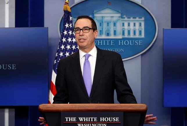 2月23日、ムニューシン米財務長官は、税制改革が「非常に重要」とした上で、議会が8月の休会前に承認することが望ましいとの考えを示した。14日撮影(2017年 ロイター/Kevin Lamarque)