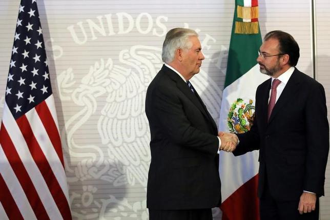 2月23日、メキシコのビデガライ外相(右)は、米国のティラーソン国務長官(左)、ケリー国土安全保障長官とメキシコ市で会談し、米新政権の移民・通商政策、国境警備などを巡り協議した(2017年 ロイター/Carlos Barria)