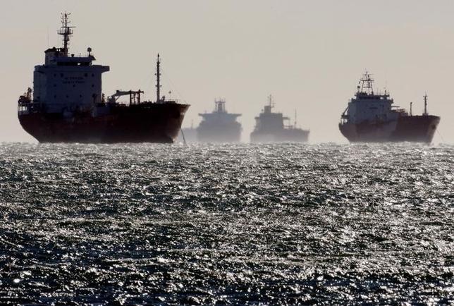2月22日、OPECの減産を契機に原油に価格差が生じて裁定取引が可能になったことなどを背景に、世界各地から原油タンカーがぞくぞくとアジアに集結している。写真は仏マルセイユ付近で撮影された原油タンカー。2008年12月撮影(2017年 ロイター/Jean-Paul Pelissier)