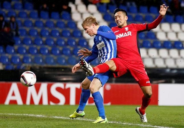 2月23日、サッカーの欧州リーグは各地で32強の第2戦を行い、瀬戸貴幸(右)が所属するアストラ(ルーマニア)は敵地でヘンク(ベルギー)と対戦し、0─1で敗戦。2戦合計3─2で敗退した。瀬戸は先発出場し、後半37分までプレーした(2017年 ロイター/Francois Lenoir)