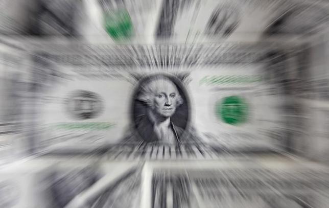 2月23日、米財務省が公表した2月の国債入札データによると、10年債入札は大手投資ファンドの落札額が97億1800万ドルとなり、前月の102億5500万ドルから減少した。写真はワルシャワで2011年8月撮影(2017年 ロイター/Kacper Pempel)