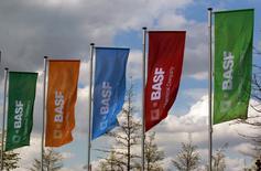 Le géant allemand de la chimie BASF s'attend à renouer avec la croissance du bénéfice cette année après avoir profité au quatrième trimestre de la hausse des prix dans le domaine de pétrochimie. Le numéro un mondial de la chimie en termes de vente vise une progression de son Ebit ajusté pouvant atteindre 10% en 2017, après un recul de 6% en 2016. /Photo d'archives/REUTERS/Ina Fassbender