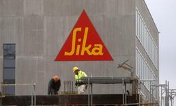 Le chimiste suisse Sika a écarté vendredi la menace d'une prise de contrôle par Saint-Gobain et relevé ses objectifs financiers à la suite d'un profit en forte hausse. /Photo d'archives/REUTERS/Arnd Wiegmann