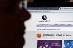 Le chômage est resté stable en janvier en France, le recul observé chez les jeunes et les 25-49 ans étant éclipsé par une progression chez les seniors, selon les chiffres publiés vendredi par le ministère du Travail. /Photo d'archives/REUTERS/Régis Duvignau