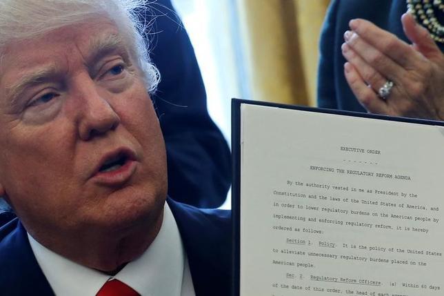 2月24日、トランプ氏が連邦政府機関に規制改革作業部会を新設する大統領令に署名した。写真はホワイトハウスで同日撮影(2017年 ロイター/Jonathan Ernst)
