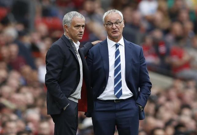 2月24日、サッカーのイングランド・プレミアリーグ、マンチェスター・ユナイテッドのジョゼ・モウリーニョ監督(左)は、クラウディオ・ラニエリ監督(右)を解任したレスターに対し、ホームスタジアムに同氏の名前をつけるべきと提案した。英マンチェスターで2016年9月撮影(2017年 ロイター)