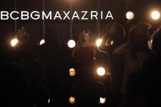 BCBG Max Azria Group, dont les robes de soirées ajustées ont été portées par, entre autres, Selena Gomez et Drew Barrymore, se prépare à se déclarer en faillite dès la semaine prochaine. /Photo d'archives/REUTERS/Brendan McDermid