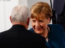 En la imagen,  Merkel habla con el vicepresidente de EEUU, Mike Pence, tras hablar en la Conferencia de Seguridad de Múnich, el 18 de febrero de 2017. Europa debería imponer aranceles punitivos a la importaciones de Estados Unidos si el presidente Donald Trump toma medidas para proteger a las industrias de su país de los competidores extranjeros, dijo un aliado de alto rango de la canciller alemana, Angela Merkel, en una entrevista con un periódico.  REUTERS/Michaela Rehle