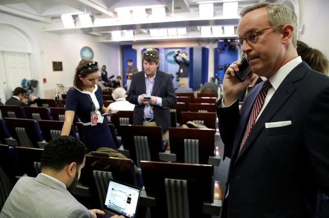 2月25日、トランプ米大統領はホワイトハウス記者会が例年開催する夕食会に「今年は出席しない」とツイッターで表明した。24日にはホワイトハウスのスパイサー報道官が行う記者懇談からCNNやニューヨーク・タイムズなどの主要メディアが締め出された。ホワイトハウスの記者会見室で24日撮影(2017年 ロイター/Yuri Gripas)