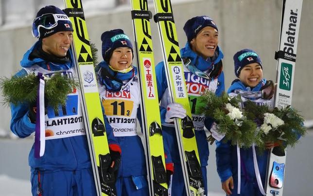 2月26日、ノルディックスキーの世界選手権はフィンランドのラハティで男女各2人で争うジャンプ混合団体(ヒルサイズ=HS100メートル)を行い、高梨沙羅、竹内択、伊藤有希、伊東大貴の4人で臨んだ日本は979.7点で銅メダルを獲得した(2017年 ロイター/Kai Pfaffenbach)