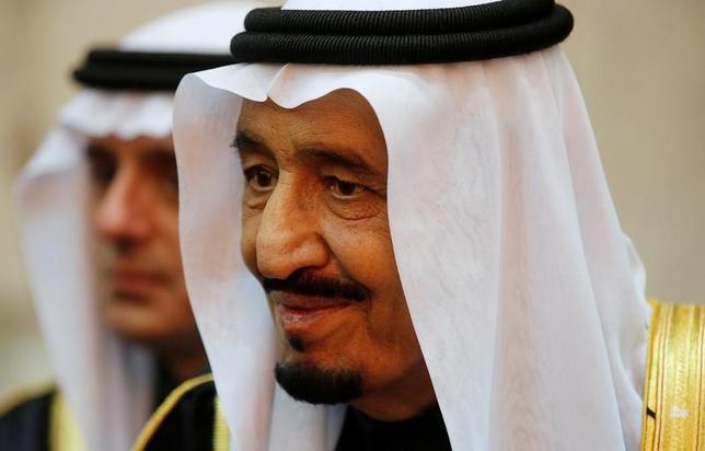 2月26日、サウジアラビアのサルマン国王は26日、マレーシアを訪問し、1カ月に及ぶアジア諸国歴訪を開始した。国王の中東・北アフリカ地域以外の外遊は、2015年の訪米以来。写真は2015年1月リヤド・エルガ宮殿におけるオバマ前米大統領のの会合で撮影(2017年 ロイター/Jim Bourg)
