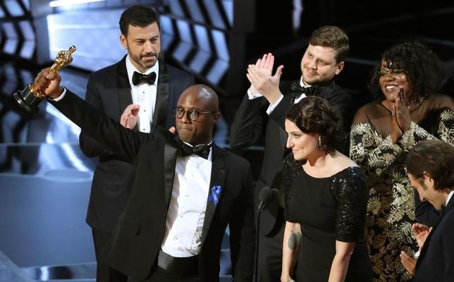 2月26日、映画界最大の名誉とされる第89回米アカデミー賞の授賞式がハリウッドのドルビー・シアターで開催され、作品賞には「ムーンライト」が選ばれた。写真はオスカーを持つバリー・ジェンキンス監督(2017年 ロイター/Lucy Nicholson)